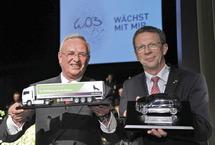 """Il Gruppo Volkswagen dona alla città di Wolfsburg un laboratorio """"futuristico"""" e la scultura di una Golf GTI"""